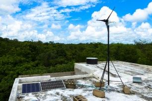 Panneaux solaires + éolienne