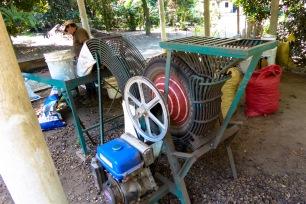Machine artisanale pour décortiquer les noix